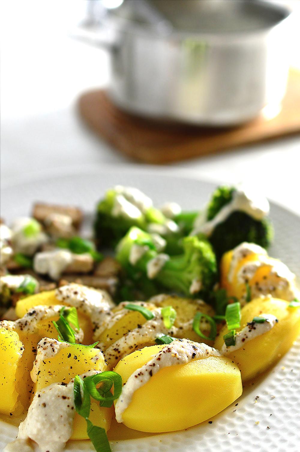 Patatas y brócoli con salsa de yogur y tahini