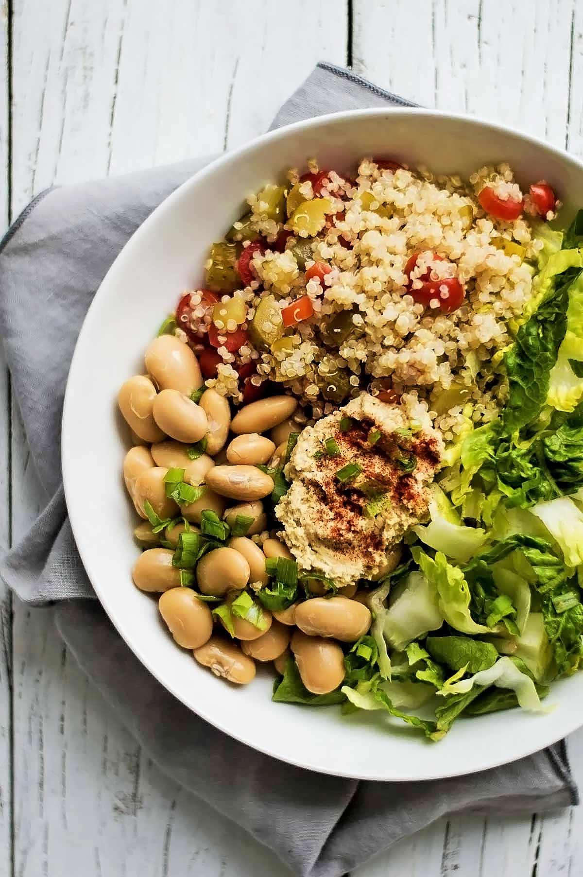 bol de quinoa, lechuga, alubias y hummus