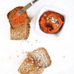 Hummus de pimientos asados untado en pan