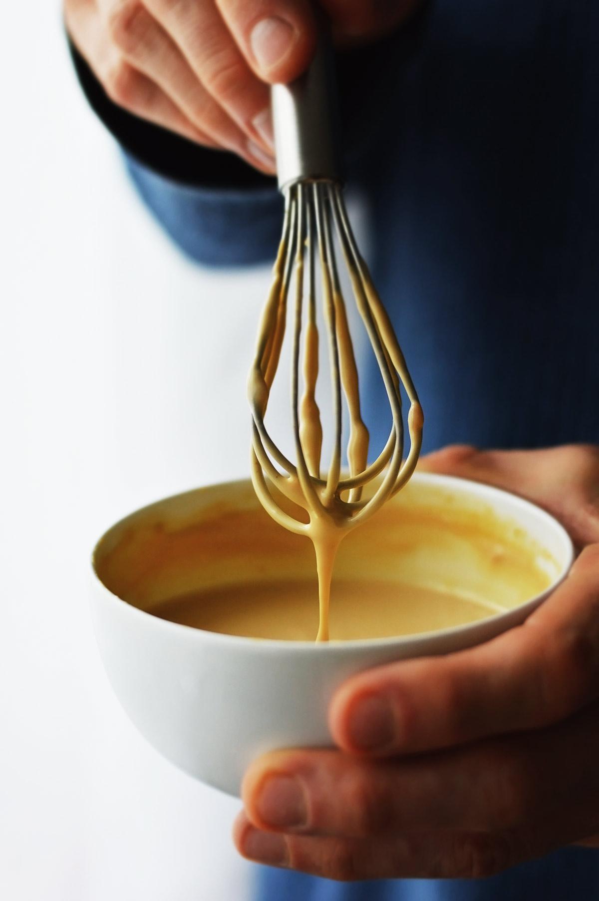 salsa de tahini y sriracha en un bol