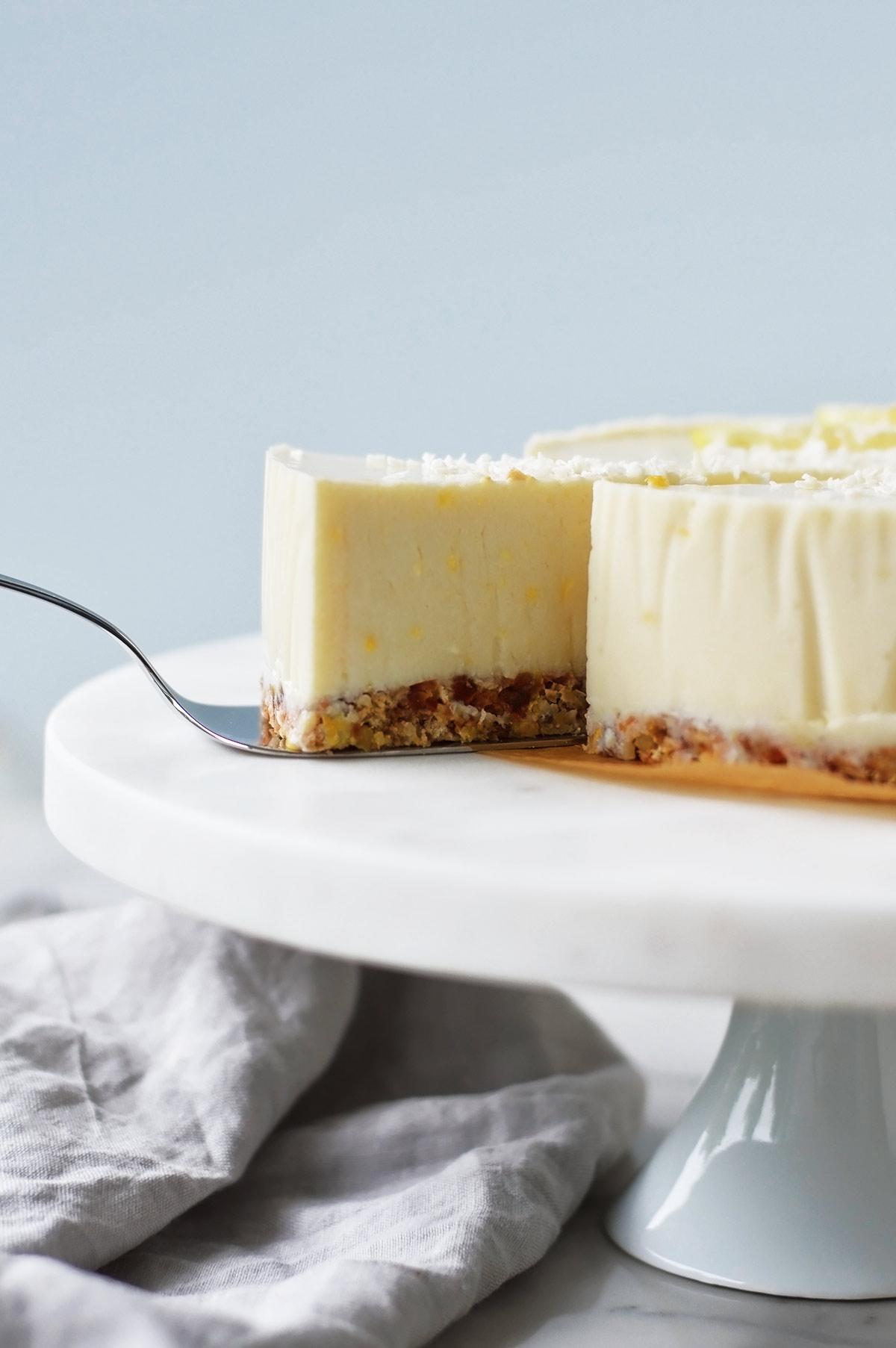tarta de yogur y limón en bandeja de mármol