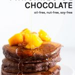 pancakes de chocolate veganos con jarabe de arce