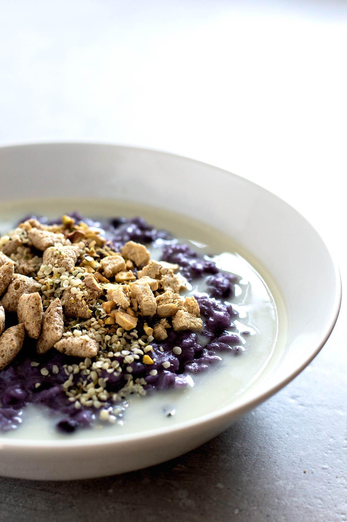 Porridge de arándanos y yogur con condimentos